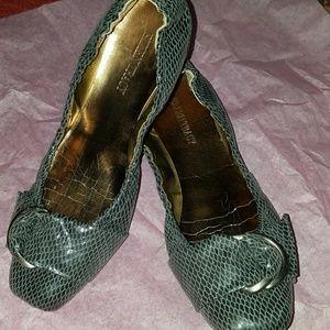 Ellen Tracy snake skin loafers size 8